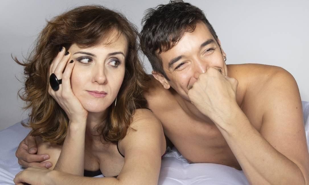 Cristiane Wersom e Pedro Bosnich, em cena da peça 'Na cama' Foto: Divulgação