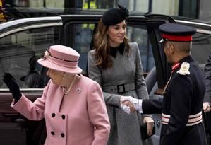 Desde que entrou para a família real, em 2011, Kate Middleton nunca tinha saído a sós com a rainha Elizabeth II para um compromisso. Eis que esse dia chegou Foto: NIKLAS HALLE'N / AFP