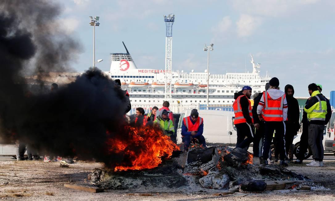 Trabalhadores sindicalizados franceses da CGT bloqueiam a entrada do porto de Marselha durante um protesto nacional contra as reformas do governo francês Foto: JEAN-PAUL PELISSIER / REUTERS