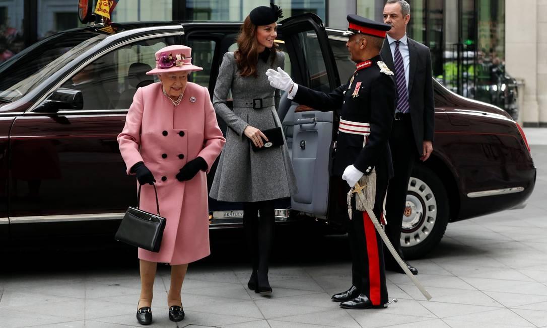A rainha da Grã-Betanha, Elizabeth II, e a Duquesa de Cambridge, Kate Middleton, chegam para abrir a Casa Bush no King's College London, em Londres, Inglaterra Foto: SIMON DAWSON / REUTERS