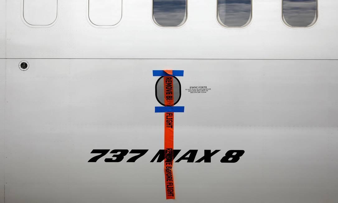 Selo é visto sobre a logo de um Boeing 737 Max 8 da Garuda Indonesia, estacionado no Garuda Maintenance Facility AeroAsia, no aeroporto Soekarno-Hatta International, perto de Jacarta, na Indonésia Foto: Willy Kurniawan / REUTERS