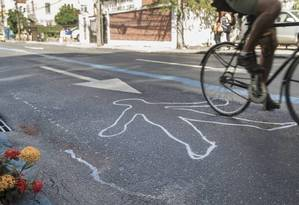 A silhueta de um corpo foi desenhada no asfalto no cruzamento entre as ruas São Clemente e Sorocaba, em Botafogo, onde Julia Rezende foi atropelada Foto: Ana Branco/Agência O Globo