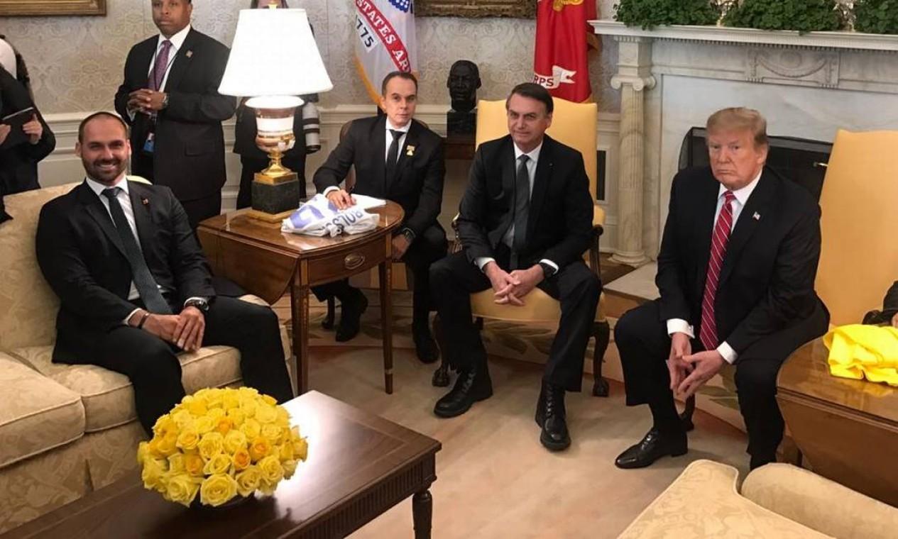 Eduardo Bolsonaro perto do pai, o presidente Jair Bolsonaro, durante encontro com Trump; o chanceler brasileiro, Ernesto Araújo, não estava no Salão Oval Foto: Jussara Soares