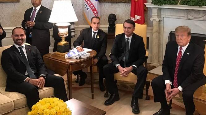 Eduardo Bolsonaro perto do pai, o presidente Jair Bolsonaro, durante encontro com o chefe da Casa Branca, Donald Trump Foto: Jussara Soares