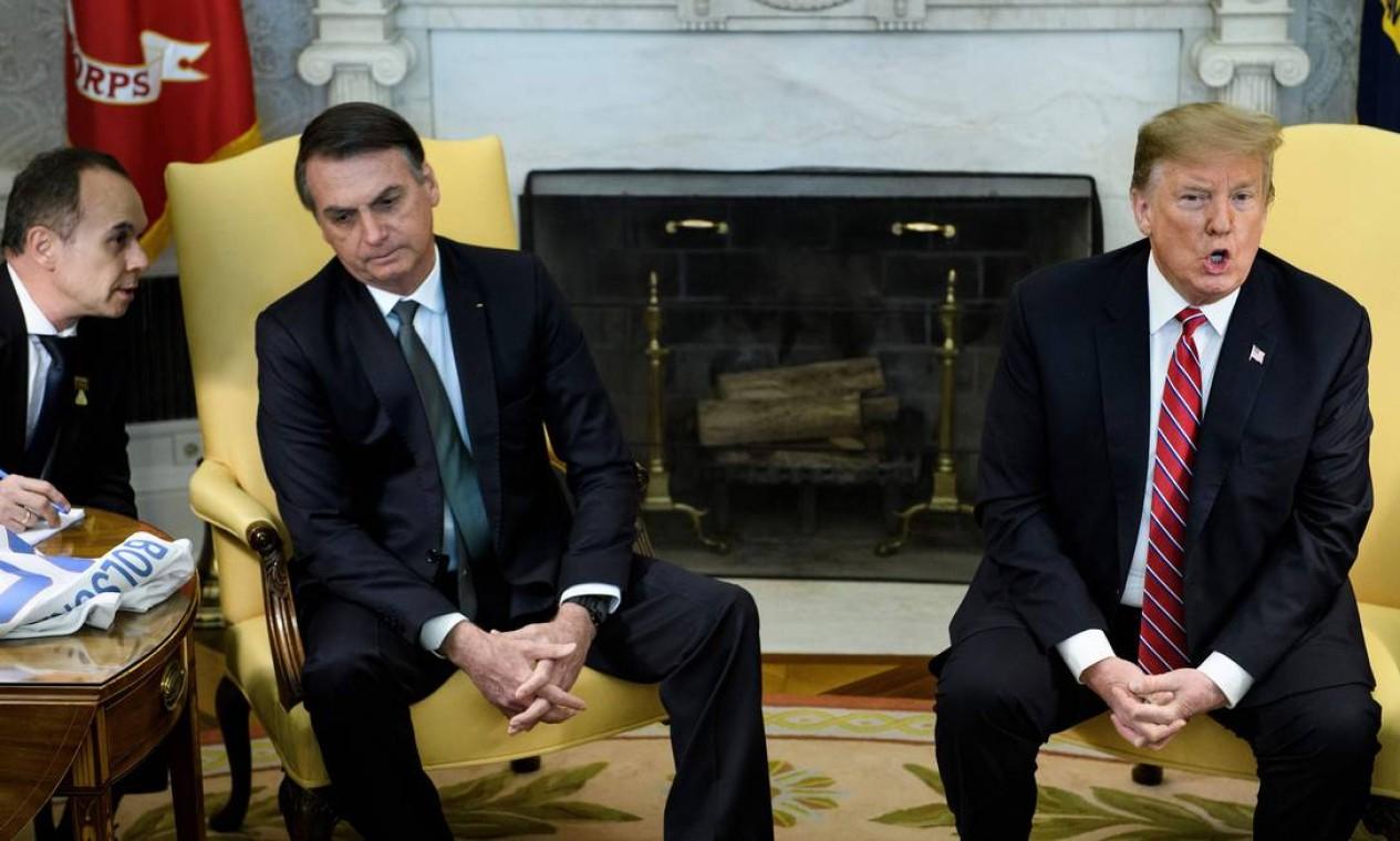 Bolsonaro ouve intérprete enquanto Trump fala no Salão Oval Foto: BRENDAN SMIALOWSKI / AFP