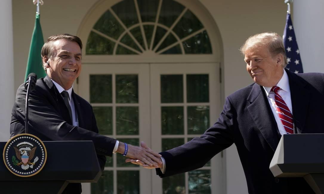 Bolsonaro e Trump apertam as mãos durante coletiva na Casa Branca: acordo. Foto: KEVIN LAMARQUE / REUTERS