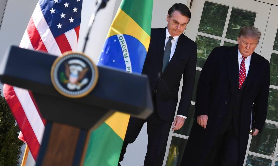 Bolsonaro e Trump se dirigem ao jardim da Casa Branca, onde responderam a perguntas de jornalistas Foto: JIM WATSON / AFP