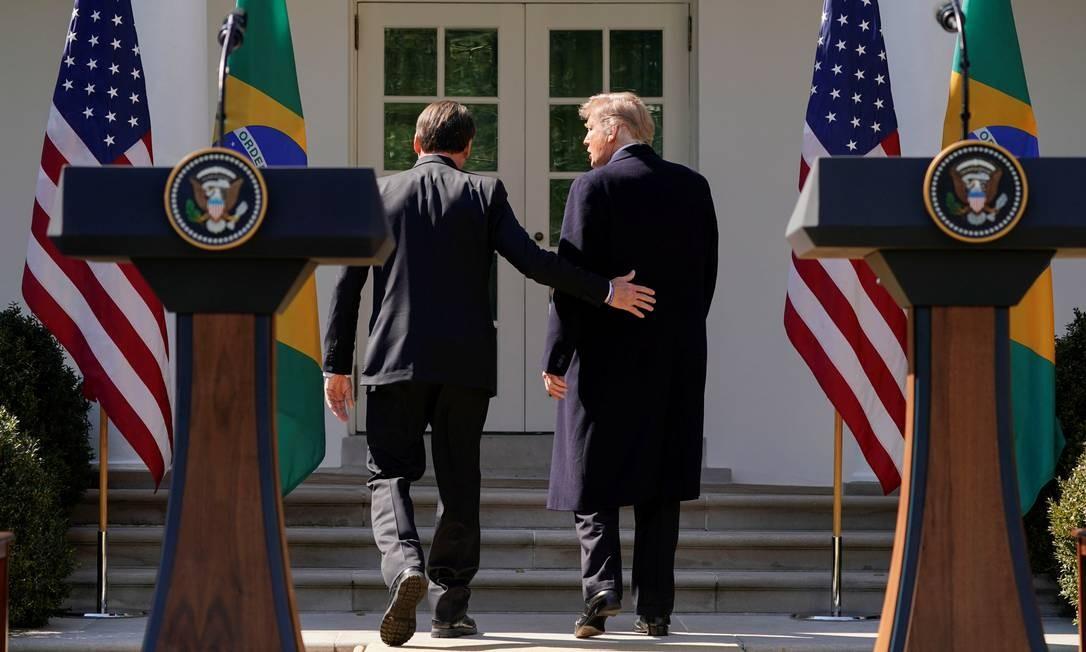 Após coletiva, Bolsonaro e Trump deixam juntos o Jardim da Casa Branca, em clima de afinidades. Para especialista, Trump esperava do Brasil ajuda para retirar Nicolás Maduro do poder na Venezuela e também a redução da influência chinesa na América Latina Foto: KEVIN LAMARQUE / REUTERS