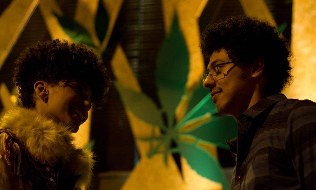 Os atores Lenita Oliver e Luis Navarro em cena de 'Pico da neblina' Foto: Ariela Bueno / Divulgação/ Ariela Bueno