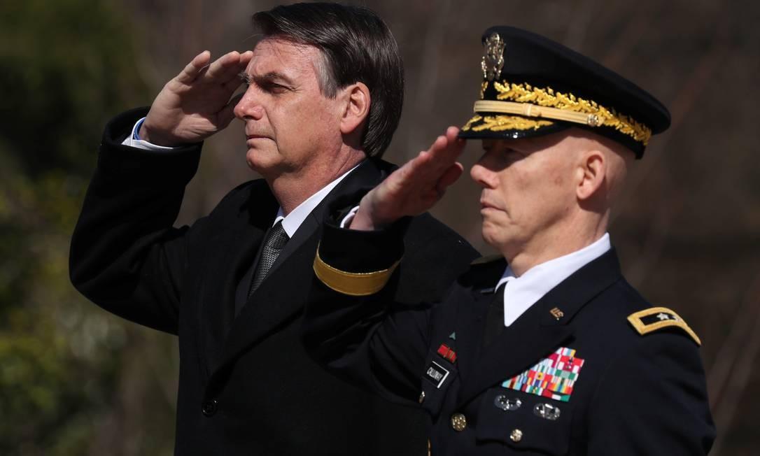 Bolsonaro bate continência em visita ao Túmulo do Soldado Desconhecido em Washington. Foto: JONATHAN ERNST / REUTERS