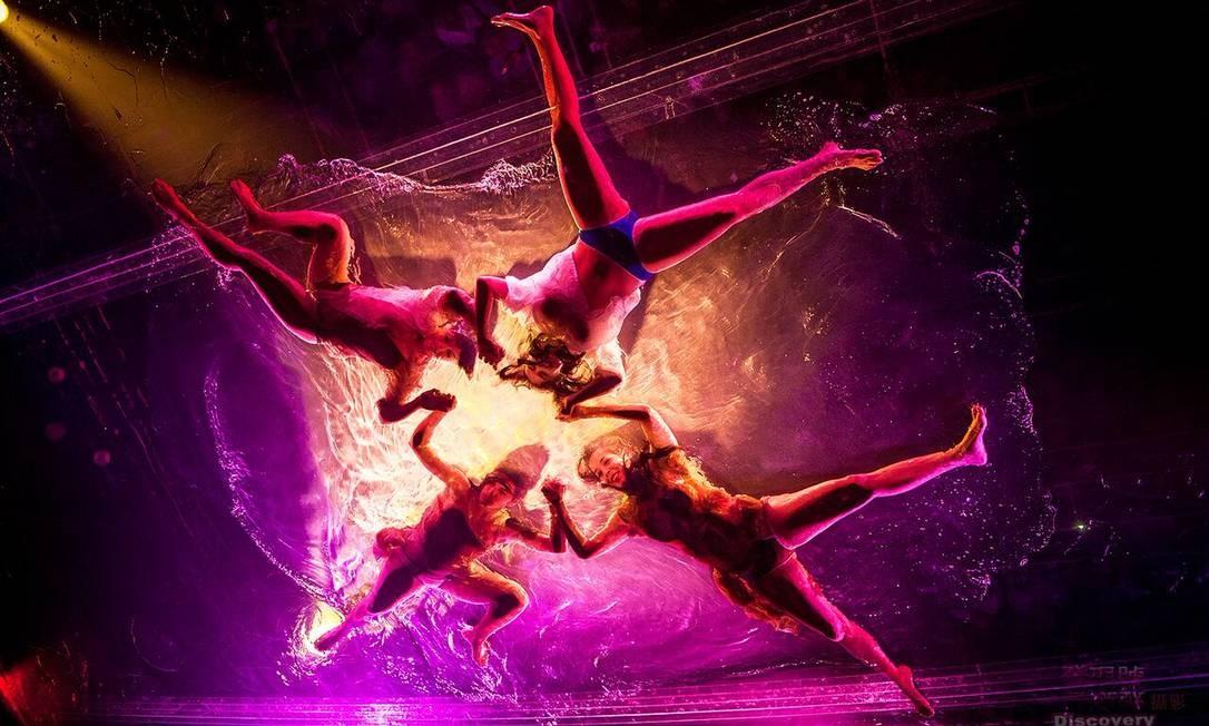 Argentinos do Fuerza Bruta misturam dança e coreografia Foto: Divulgação / Agência O Globo
