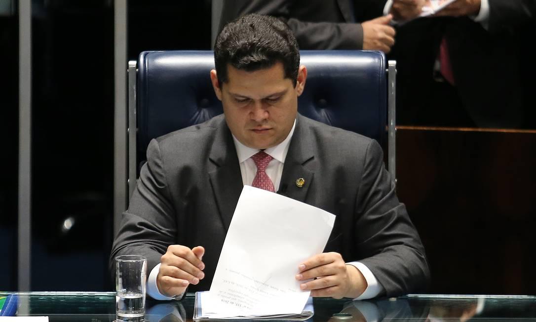 O presidente do Senado, Davi Alcolumbre (DEM-AP), negou que tenha se ligado ao grupo do senador Renan Calheiros (MDB-AL) Foto: Jorge William / Agência O Globo