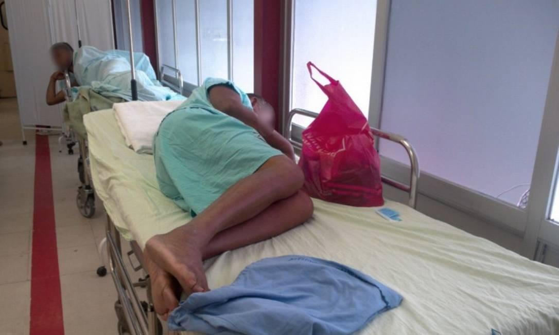 Pacientes internados em macas no corredor da emergência do Hospital do Andaraí Foto: Divulgação/Cremerj