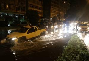 Bolsões d'água na Avenida Epitácio Pessoa Foto: Pedro Teixeira / Agência O Globo - 21/02/2019