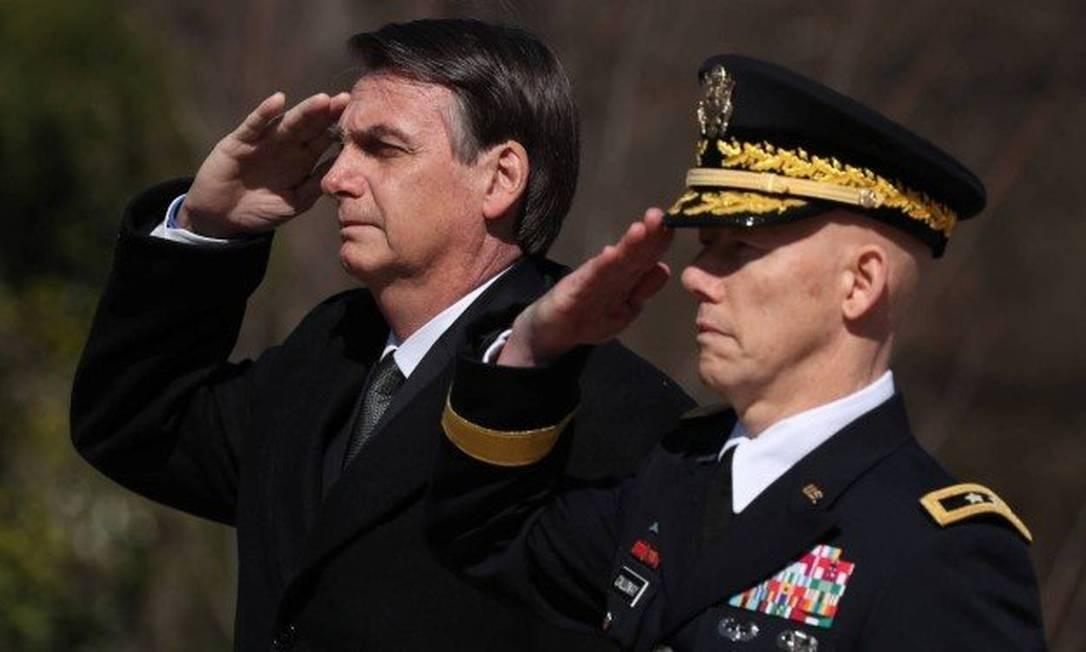 Bolsonaro bate continência em visita ao Túmulo do Soldado Desconhecido em Washington Foto: JONATHAN ERNST / REUTERS