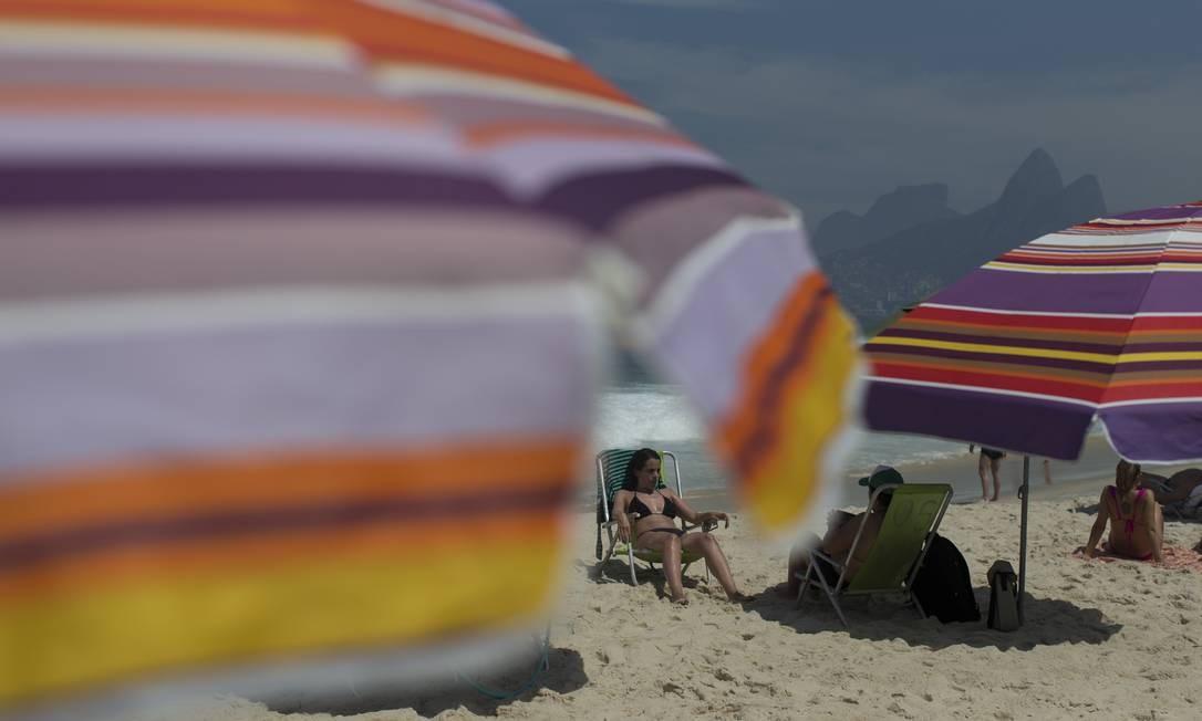 Guarda-sóis colorem as areias do Arpoador Foto: Márcia Foletto / Agência O Globo