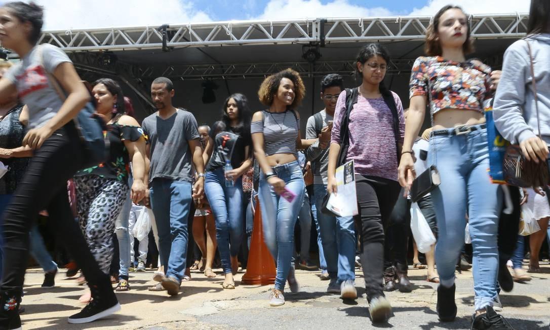 Candidatos entrando em universidade de Brasília para fazer a última prova do Enem, na edição 2018 Foto: Jorge William / Agência O Globo/11-11-2018