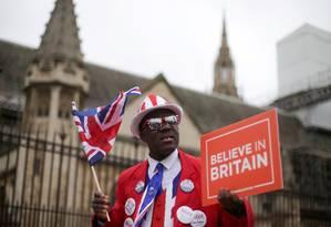 Ativista favorável ao Brexit segura placa que diz 'acredite no Reino Unido' na frente do Parlamento britânico Foto: DANIEL LEAL-OLIVAS / AFP