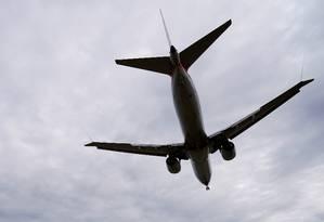 Boeing 737 sobrevoa Los Angeles, no estado americano da Califórnia Foto: Joshua Roberts / Reuters