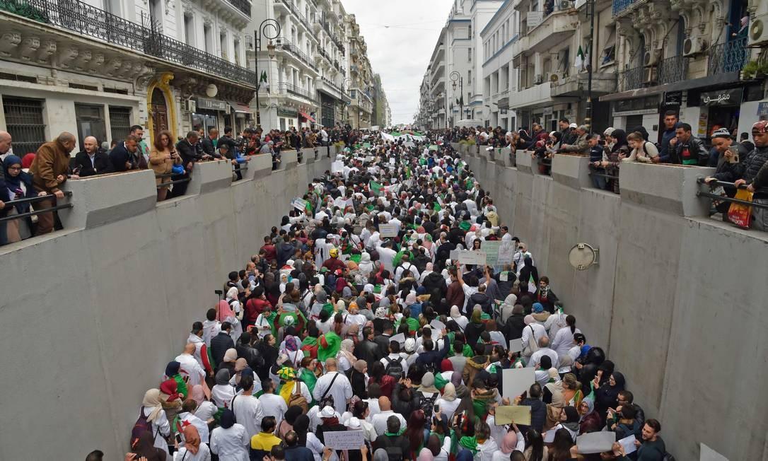 Argelinos participam de uma manifestação na capital Argel contra o presidente Abdelaziz Bouteflika. Bouteflika confirmou que vai ficar no poder depois de expirar no mês que vem, apesar de dezenas de milhares de manifestantes contra seu governo. Foto: RYAD KRAMDI / AFP