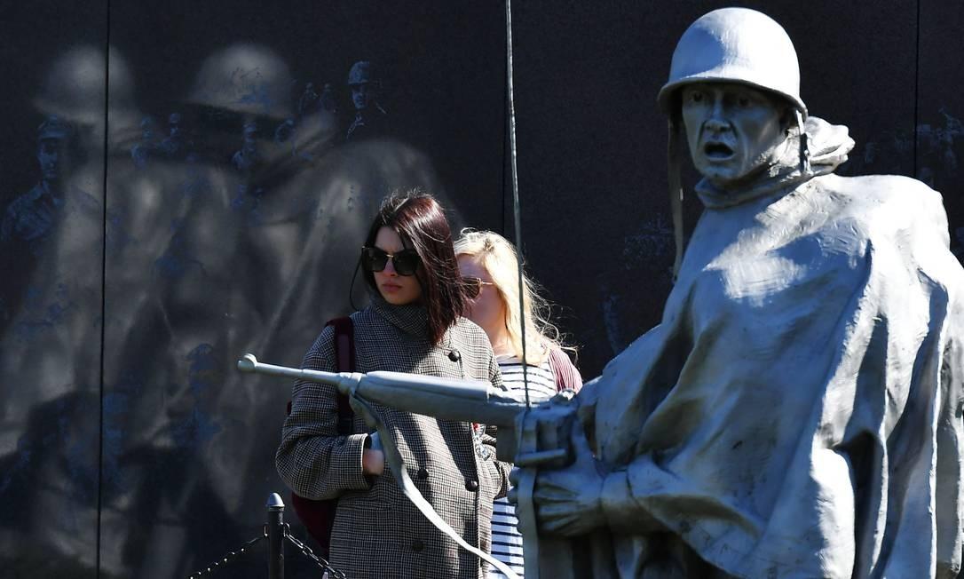Mulheres visitam o Memorial dos Veteranos da Guerra da Coreia, em Washington. Foto: MANDEL NGAN / AFP