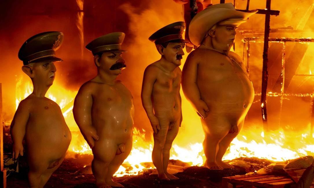 Quatro bonecos representando o ex-ditador espanhol Francisco Franco, ex-secretário-geral soviético do Partido Comunista da União Soviética Joseph Stalin, ex-ditador alemão Adolf Hitler e o presidente dos Estados Unidos, Donald Trump, são queimados na última noite do Fallas Festival em Valência, Espanha. Foto: JOSE JORDAN / AFP