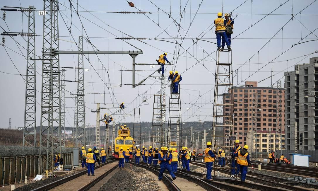 Funcionários trabalhando no canteiro de obras da ferrovia Tangshan-Hohhot em Ulanqab. Foto: STR / AFP