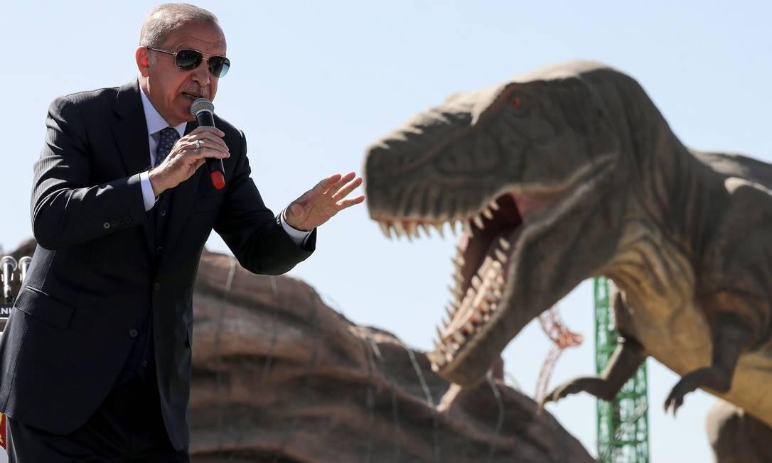 O presidente turco, Recep Tayyip Erdogan, faz um discurso ao lado de um dinossauro modelo durante a cerimônia de abertura do parque temático Wonderland Eurásia. Foto: ADEM ALTAN / AFP