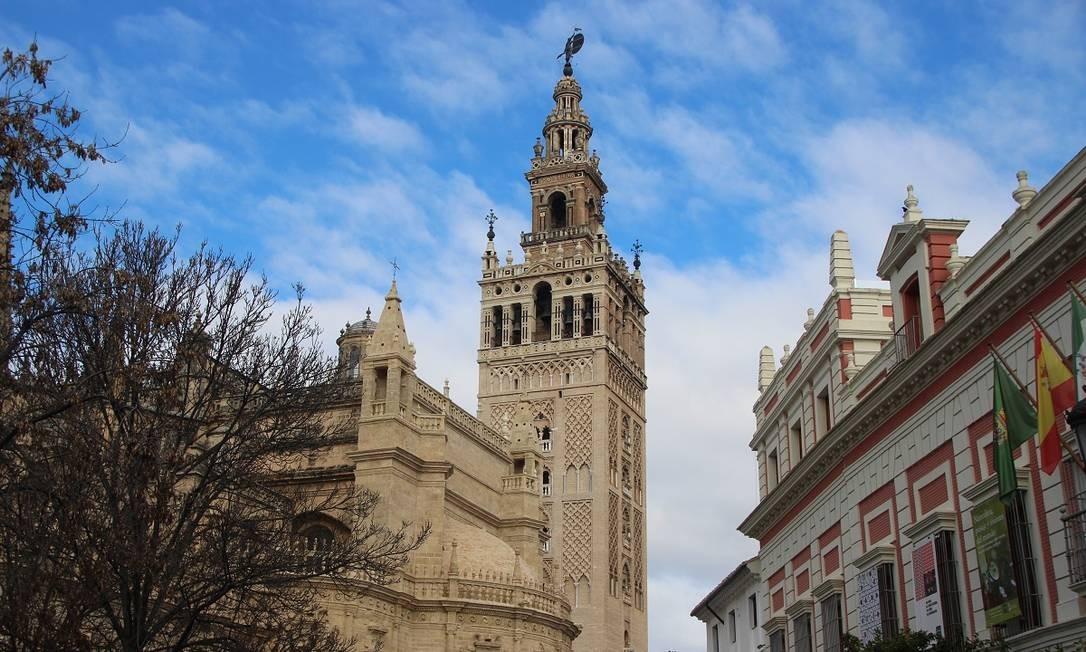 Torre La Giralda foi um minarete da antiga mesquita que existia onde hoje está a Catedral de Sevilha Foto: Eduardo Maia / O Globo