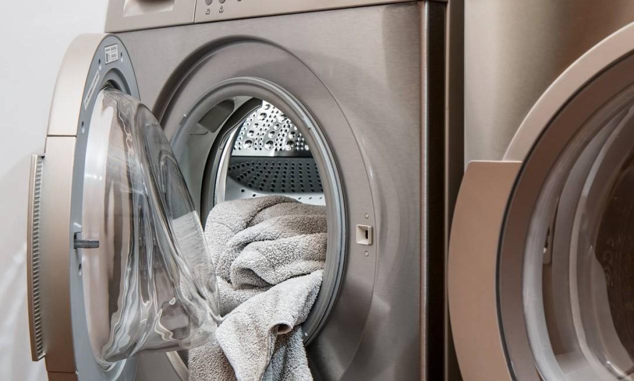 Dê preferência a lavar uma grande quantidade de roupas, para economizar água e energia. Evite colocar muito sabão, para não ter de enxaguar duas vezes. Na hora de passar, a melhor opção é juntar roupas e passar uma grande quantidade de uma vez. Desligue o ferro quando for interromper o serviço. Use a temperatura indicada para cada tipo de tecido e comece pelas roupas mais leves. Foto: Pixabay
