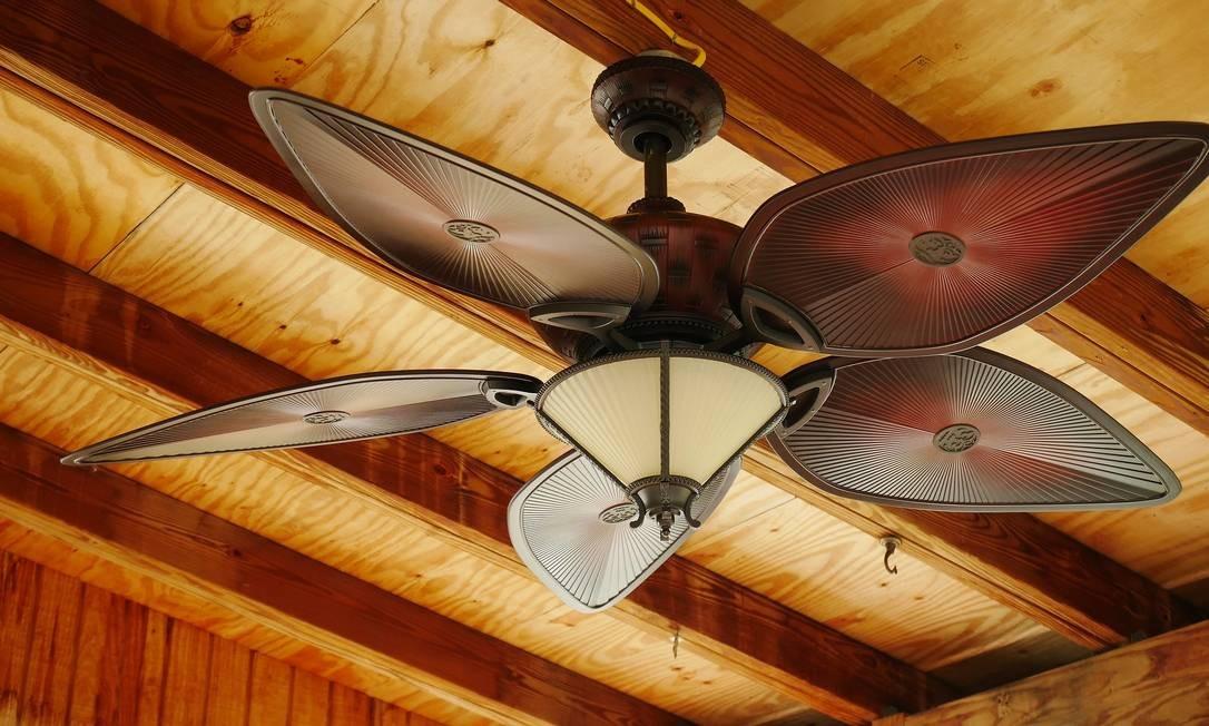 O uso do ventilador de teto durante 8 horas por dia gera um gasto de apenas R$ 18 por mês. Mesmo assim, é importante evitar deixar o aparelho ligado quando não houver ninguém no cômodo. Na hora de comprar, lembre-se que quanto maior o diâmetro das hélices, maior o consumo de energia. No caso dos eletrônicos, a recomendação é desligar o televisor e os videogames quando ninguém tiver usando. Retirar os aparelhos da tomada também ajuda a poupar energia. Foto: Pixabay