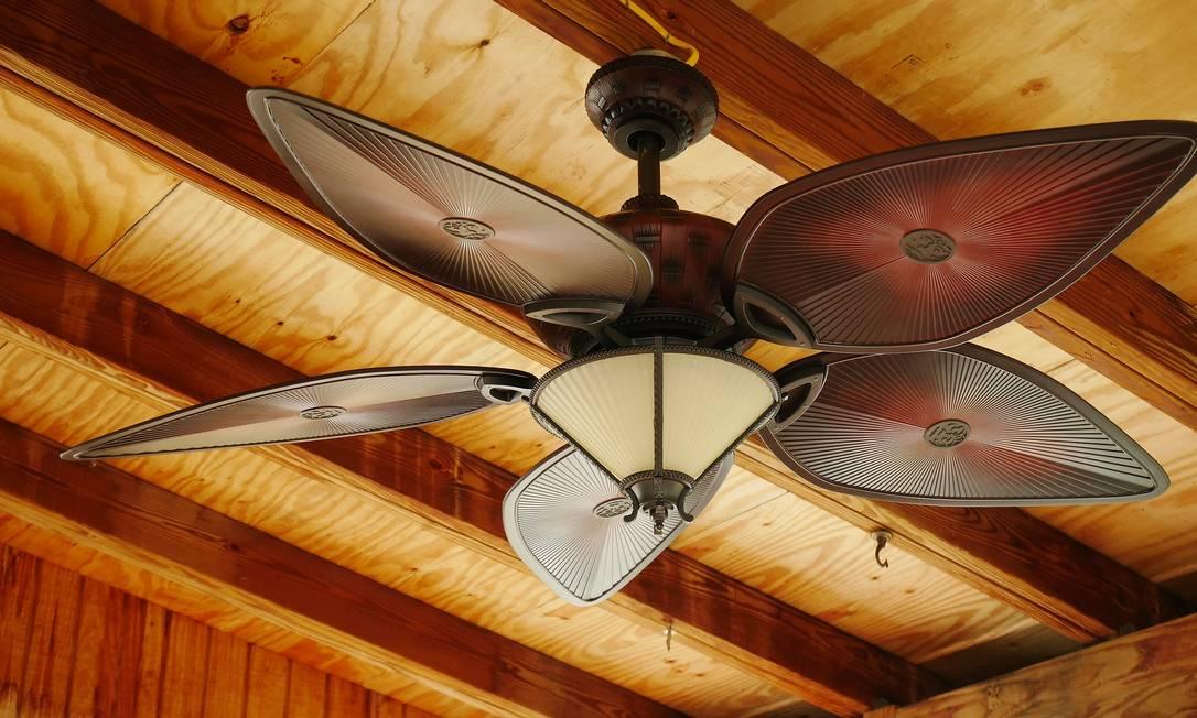 O uso do ventilador de teto durante 8 horas por dia gera um gasto de apenas R$ 18 por mês. Mesmo assim, é importante evitar deixar o aparelho ligado quando não houver ninguém no cômodo. Na hora de comprar, lembre-se que quanto maior o diâmetro das hélices, maior o consumo de energia. Foto: Pixabay