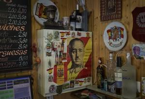 Retrato do ditador espanhol general Francisco Franco no Bar Oliva, em Madrid Foto: SAMUEL ARANDA / NYT