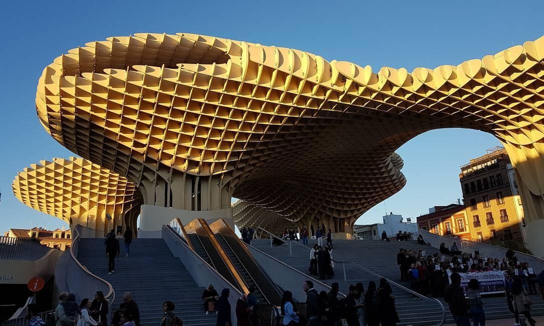 O Metropol Parasol, mais conhecido como Las Setas, é um dos novos marcos arquitetônicos de Sevilha Foto: Eduardo Maia / O Globo