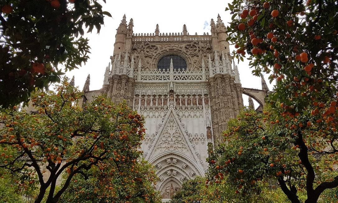 Laranjeiras carregadas no Patio de los Naranjos, na Catedral de Sevilha: a fruta é um símbolo da capital da Andaluzia Foto: Eduardo Maia / O Globo