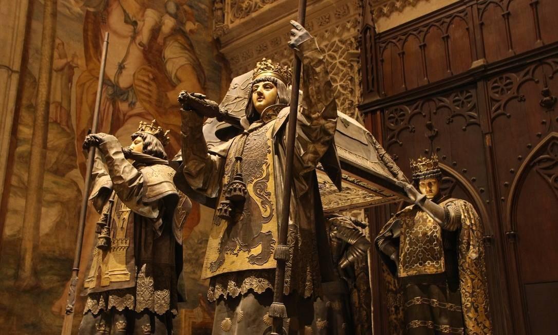 Os restos mortais do navegador Cristóvão Colombo estão depositados nesta urna, apoiada sobre quatro figuras, representando os reinos católicos, na Catedral de Sevilha Foto: Eduardo Maia / O Globo