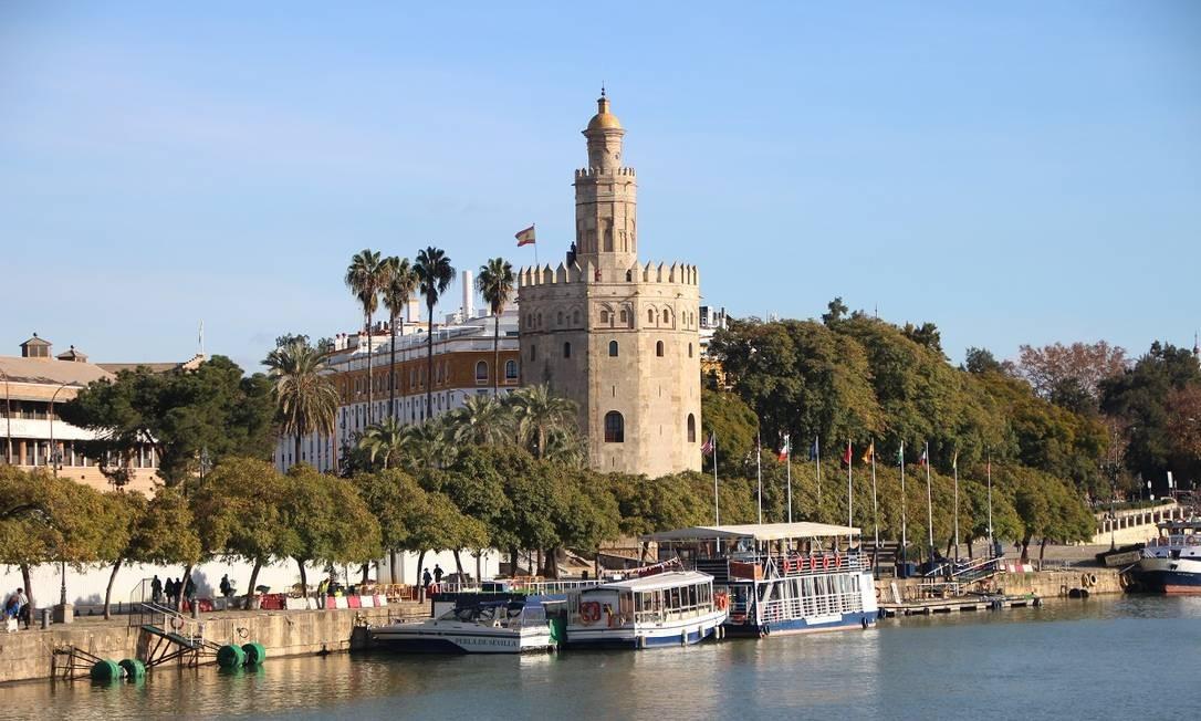 A Torre de Oro fez parte do sistema defensivo montado pelos árabes, durante o período em que ocuparam Sevilha. De seus pés saem passeios de barco pelo Rio Guadalquivir Foto: Eduardo Maia / O Globo