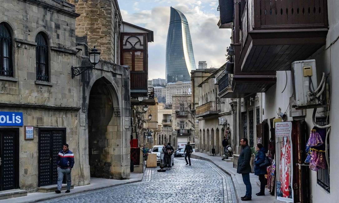 Uma visão da cidade velha e das torres de chamas em Baku, Azerbaijão Foto: MLADEN ANTONOV / AFP