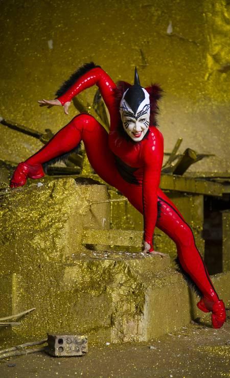 A contorcionista canadense Svetlana Delous, que interpreta a aranha vermelha Foto: Leo Martins / Agência O Globo