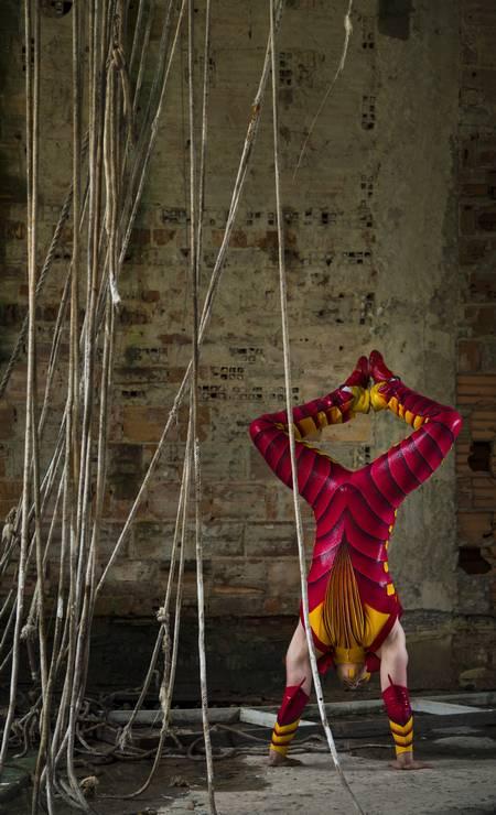 O acrobata russo Aleksandr Samoilov, que interpreta uma pulga Foto: Leo Martins / Agência O Globo