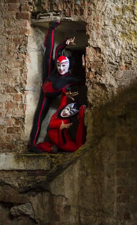 As contorcionistas Svetlana Delous e Alanna Baker, caracterizadas como aranha vermelha e aranha preta, respectivamente Foto: Leo Martins / Agência O Globo