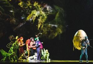 SC - Cirque du Soleil - Espetáculo OVO Foto: Elenco do espetáculo: mosca (à direita) muda rotina de comunidades de insetos ao chegar com um misterioso ovo / Nuno Conceição/Divulgação