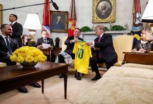 Eduardo Bolsonaro durante o encontro do pai com o presidente Donald Trump no Salão Oval da Casa Branca Foto: Presidência da República