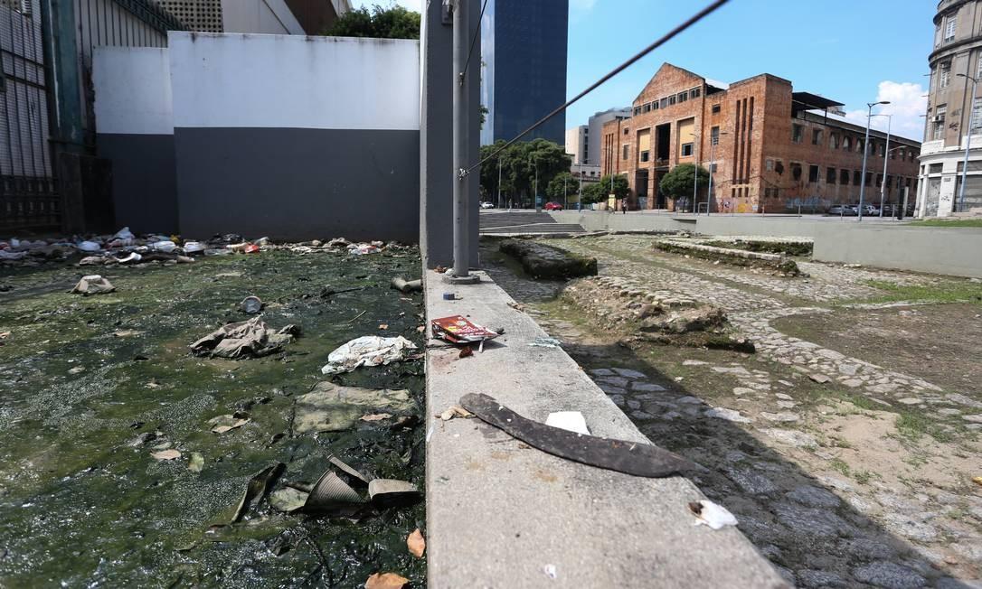 Lixo e esgoto ao redor do Cais do Valongo Foto: Pedro Teixeira / Agência O Globo