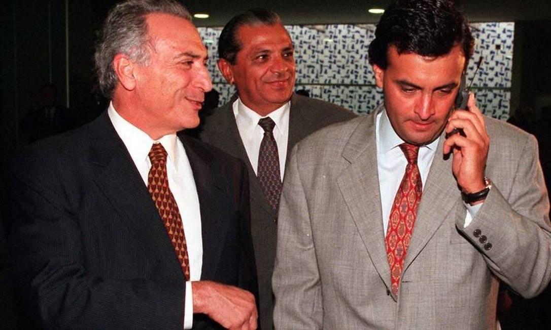 Michel Temer, Inocência de Oliveira (líder do PFL) e o à época deputado federal Aécio Neves no Congresso Foto: Roberto Stuckert Filho (29/04/1998) / Agência O Globo