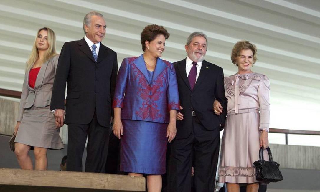 A mulher de Temer, Michel Temer, Dilma, Lula e Marisa Letícia no coquetel comemorativo da diplomação dos eleitos, em 2010 Foto: Gustavo Miranda / Agência O Globo