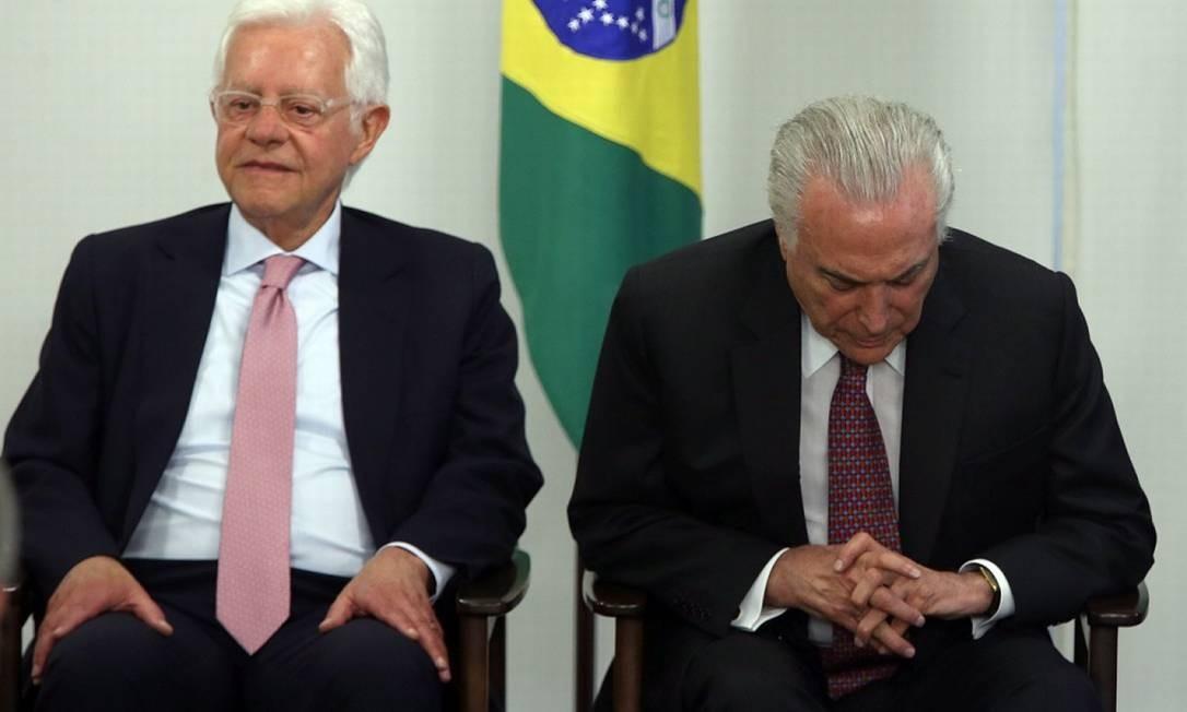 O ex-ministro Moreira Franco ao lado de Michel Temer Foto: Givaldo Barbosa / Agência O Globo