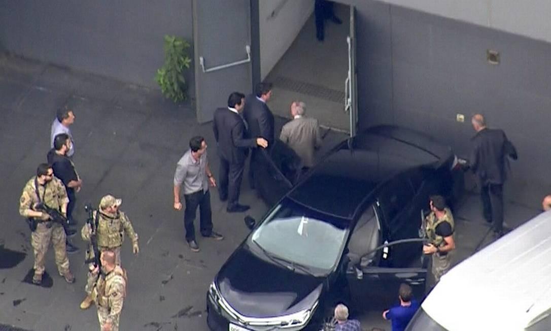 Já preso, Temer desce de carro no Aeroporto de Cumbica, em Guarulhos Foto: Reprodução/TV Globo