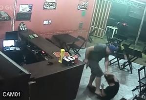 Policial militar agride comerciante em lanchonete na Curicica por pedido de sanduíche errado Foto: Vídeo O Globo
