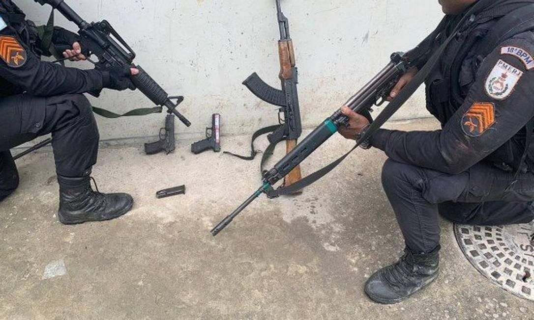 Operação apreendeu duas pistolas 9 mm e um fuzil calibre 7.62 Foto: Divulgação PM